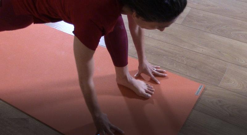 גילת סגל מתרגלת יוגה